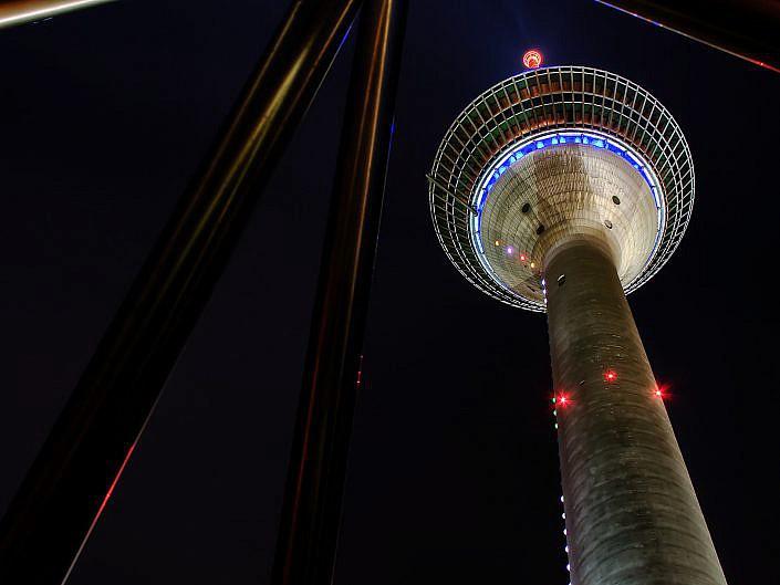 Fernstehturm bei Nacht in Düsseldorf